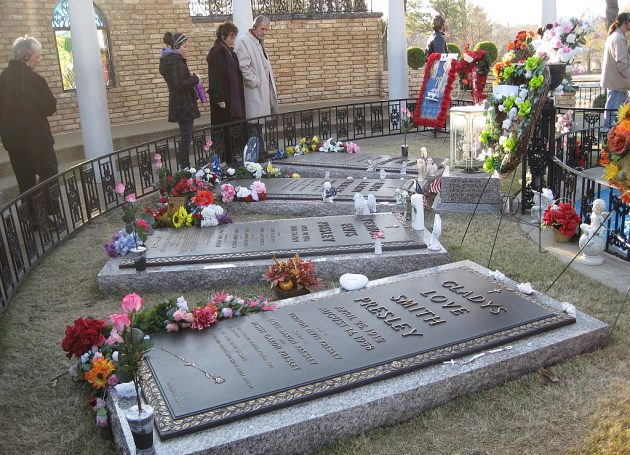 Elvis Devotees No Longer Need To Pay For Graceland Candlelight Vigil