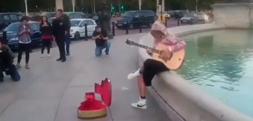Justin Bieber Busks At Buckingham Palace